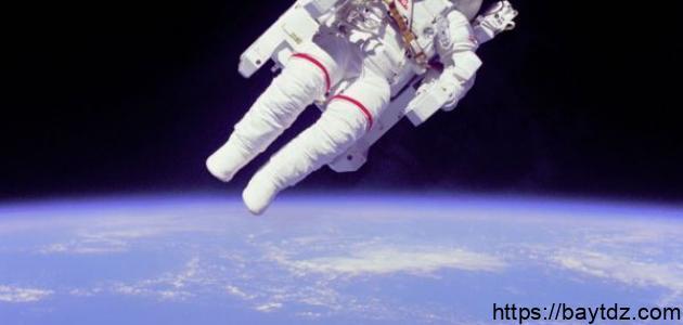 اسم أول رائد فضاء هبط على سطح القمر