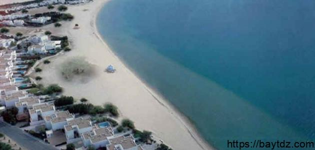 أين يقع شاطئ نصف القمر