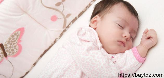 طريقة النوم الصحيحة للطفل حديث الولادة
