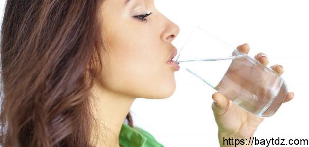 فوائد الماء الحار على الريق
