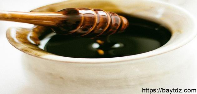 ما فائدة العسل الأسود على الريق
