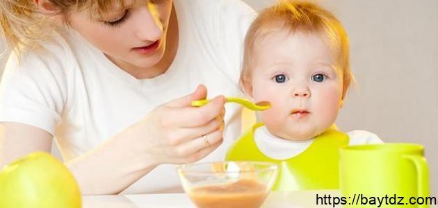 متى يبدأ الرضيع بالأكل
