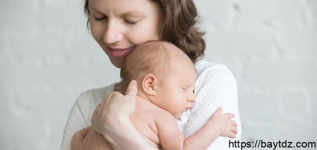 متى يتعرف الطفل على أمه