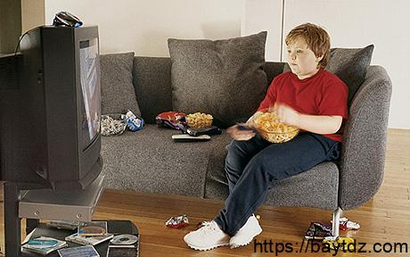مشاهدة التلفاز تؤثر على النظام الغذائي للمراهقين