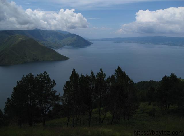 أكبر بحيرة بركانية في العالم