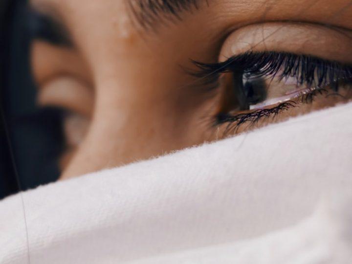 تفسير رؤية شخص يبكي في المنام للعزباء