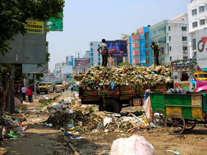 حوار بين شخصين عن رمي النفايات