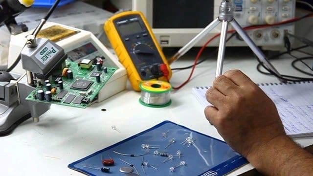 مشروع تصنيع دوائر الكترونية للتحكم فى انارة السلم